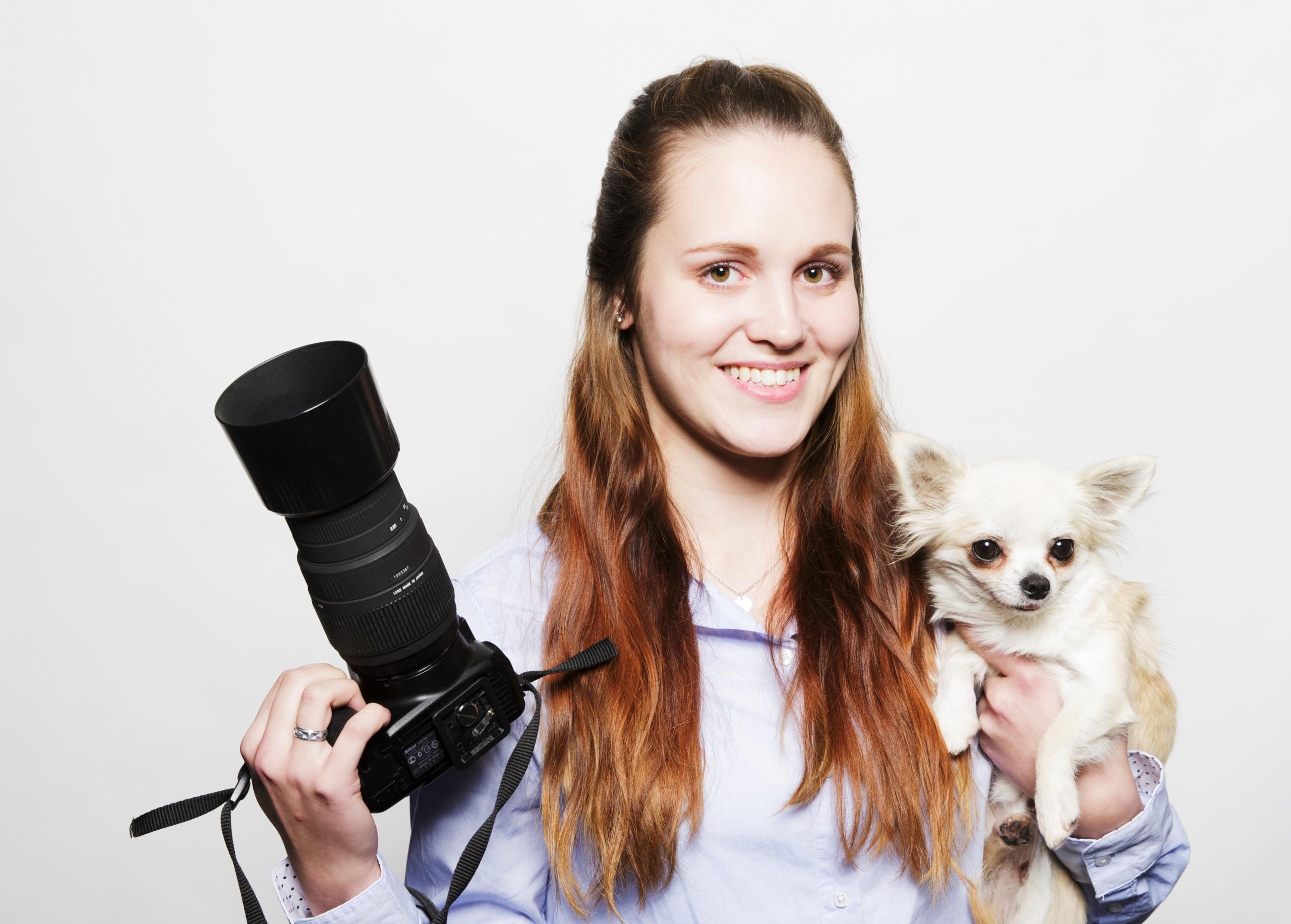 4H-yrittäjällä käsissä kamera ja koira