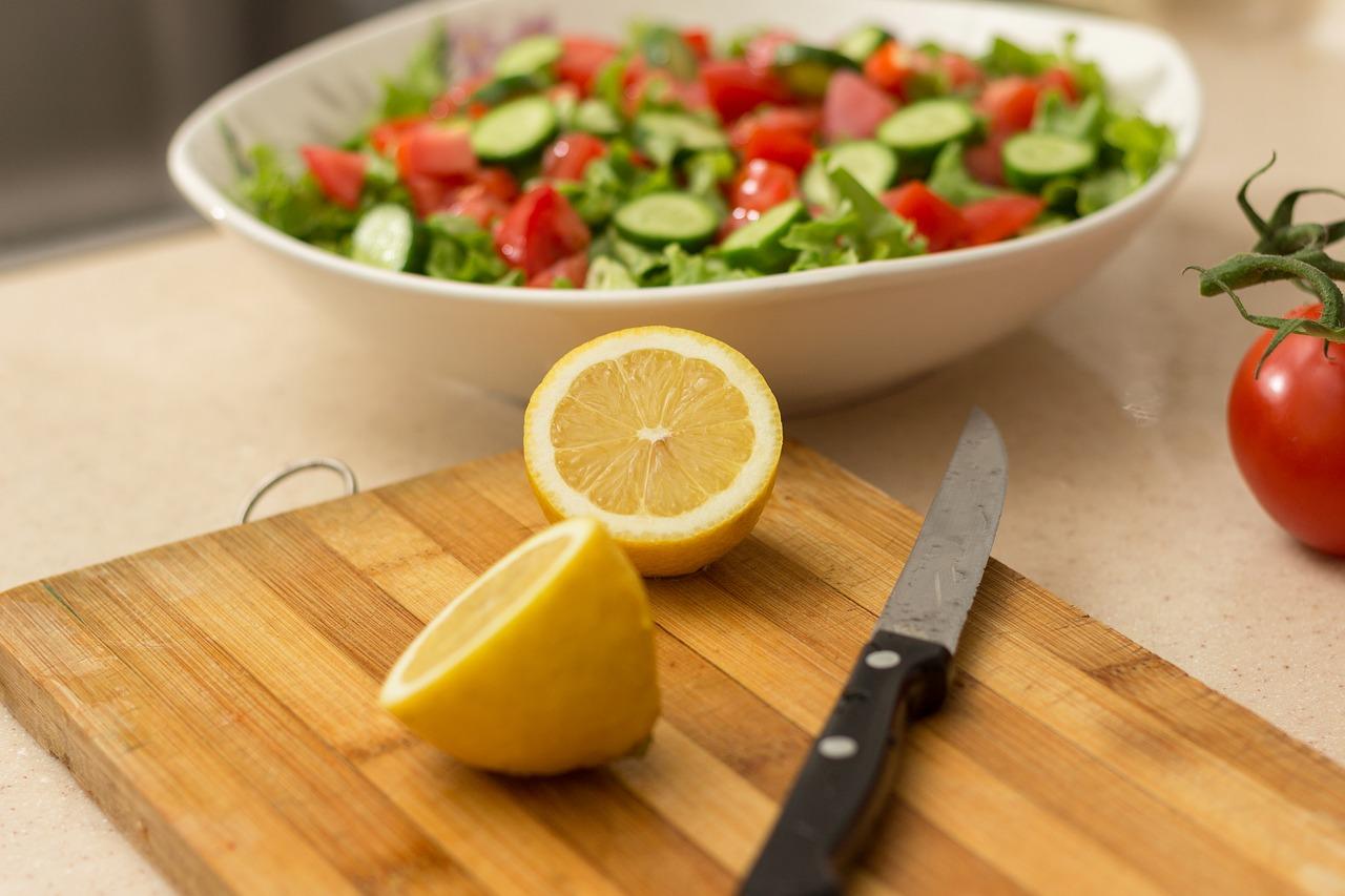 Halkaistu sitruuna ja veitsi